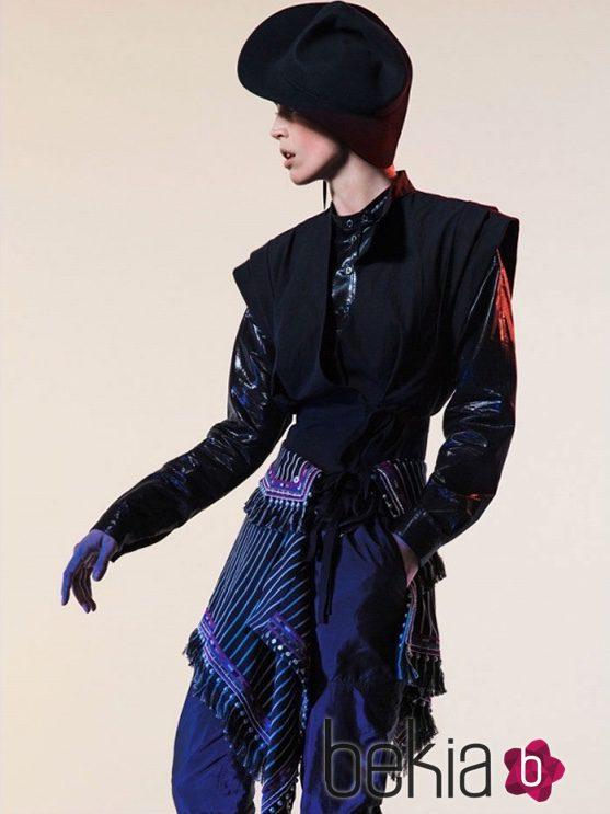 Chaqueta de lúrex negra con pantalón azul oscuro y pañuelo con flecos de Isabel Marant