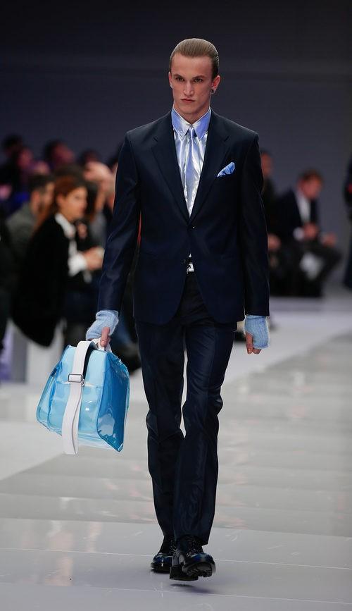 Traje negro con camisa, corbata y pañuelo de satén gris azulado para Versace