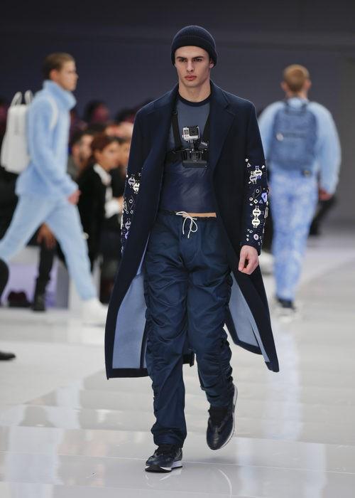 Abrigo tres cuartos azul oscuro con detalles metalizados en la manga de Versace