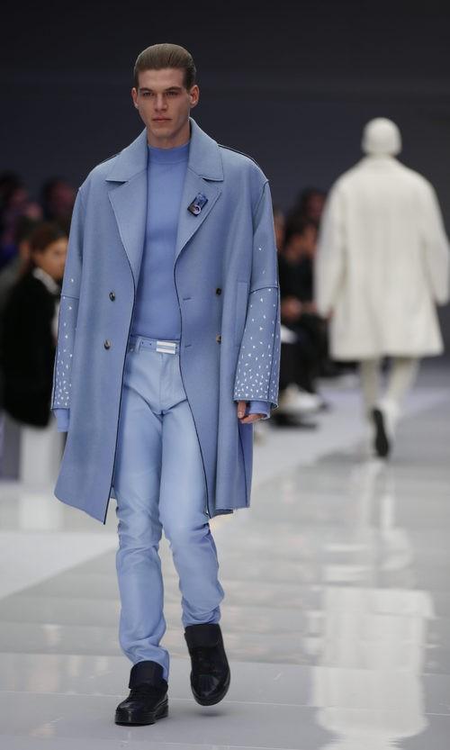 Conjunto azul serenity de maxi abrigo, jersey y pantalones para Versace
