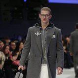 Abrigo tres cuartos gris con broche metalizado y pantalones blancos para Versace