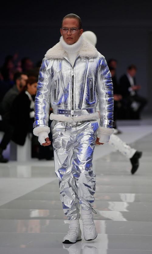 Conjunto de pantalón y abrigo gris metalizado y pelo blanco para Versace