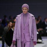Conjunto en rosa con mochila estampada y gorro para Versace