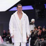Look total white con abrigo, chaqueta de punto y deportivas para Versace