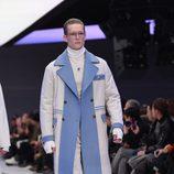 Maxi abrigo blanco con solapas y detalles azules con jersey cuello alto para Versace