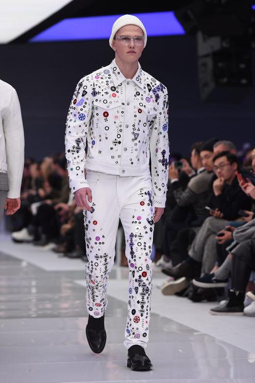 Look total white detalles metalizados en chaqueta y pantalon para Versace