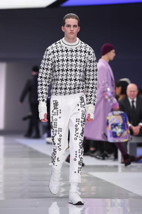 Jersey blanco con estampado geométrico y pantalones pesqueros para Versace