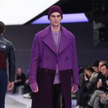 Maxi abrigo negro y morado con jersey de punto y pantalones de cuero  para Versace