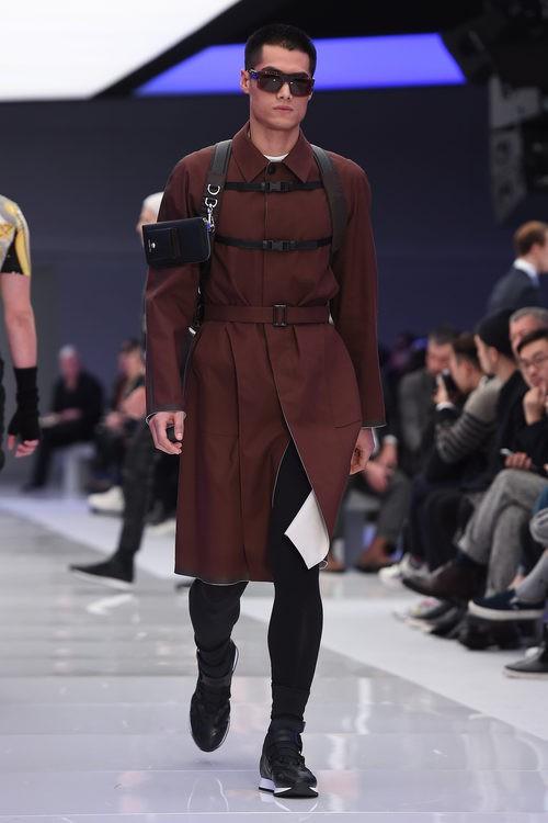 Abrigo tres cuartos de ante marrón oscuro y mochila de cintas negras para Versace