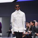 Look blanco y negro con chaqueta con detalles metalizados y pantalón recto para Versace