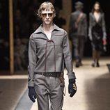Look gris con jersey con cierre de cordón para Prada