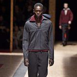 Estilo sport en negro con jersey rojo para Prada