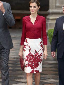 La Reina Letizia con traje dos piezas en blanco y rojo de Felipe Varela