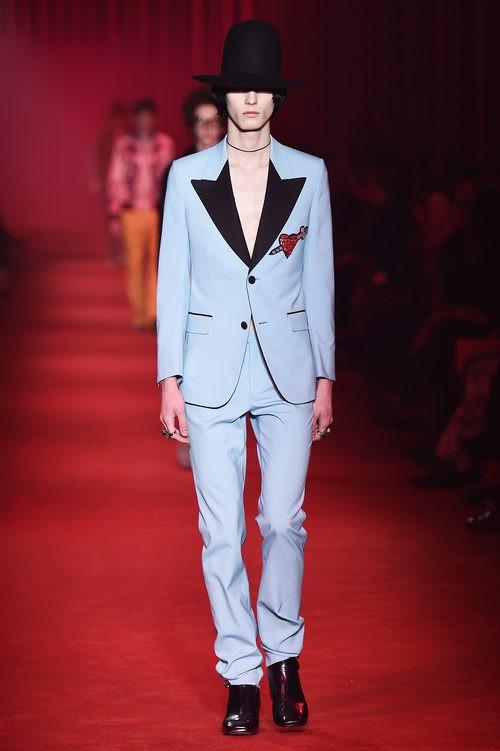 Traje azul serenity con solapas asiméticas negras y sombrero XXL para Gucci