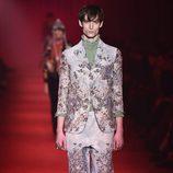 Traje sastre con estampado floral y camisa verde de cuello alto para Gucci