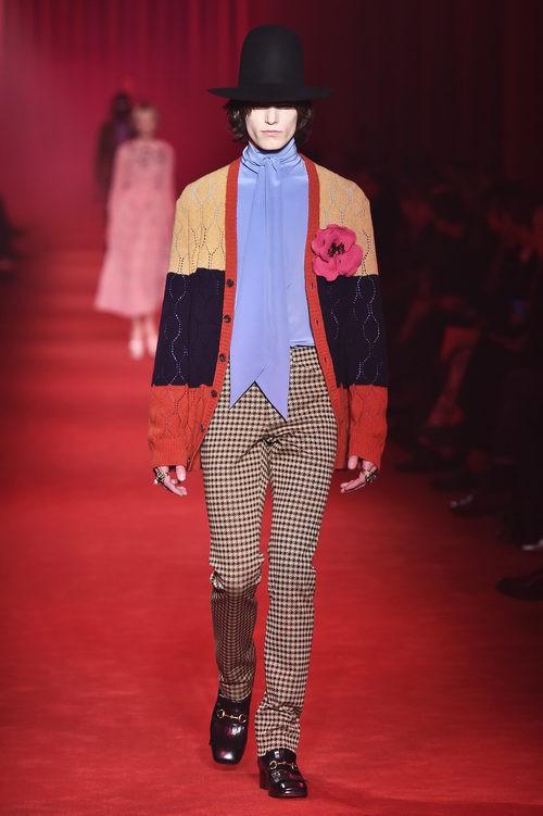 Chaqueta de lana en tres colores con detalle floral y pantalones de cuadros para Gucci