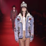 Chaqueta vaquera con bordados florales y gorra con trenzas al lado para Gucci