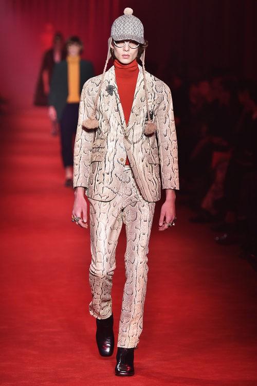 Traje sastre de piel de serpiente con gorra de trenzas al lado para Gucci