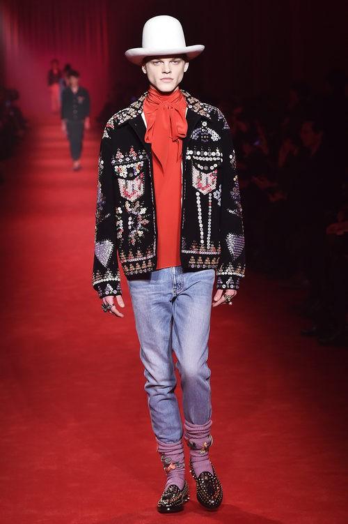 Chaqueta 'oversize' con detalles de lentejuelas y sombrero XXL estilo 'cowboy' para Gucci