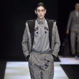 Conjunto gris con chaqueta y pantalón anchos y camiseta lisa para Armani