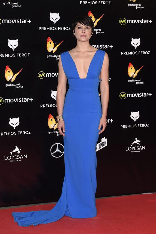 Bárbara Lennie con un vestido azul de Stella McCartney en los Premios Feroz 2016