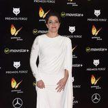 Nora Navas con un diseño de capa y blanco en los Premios Feroz 2016