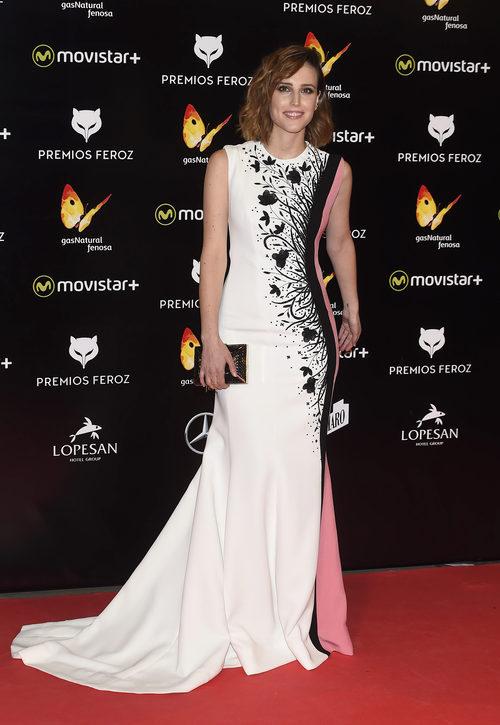 Natalia de Molina con un diseño blanco con estampado floral negro en los Premios Feroz 2016