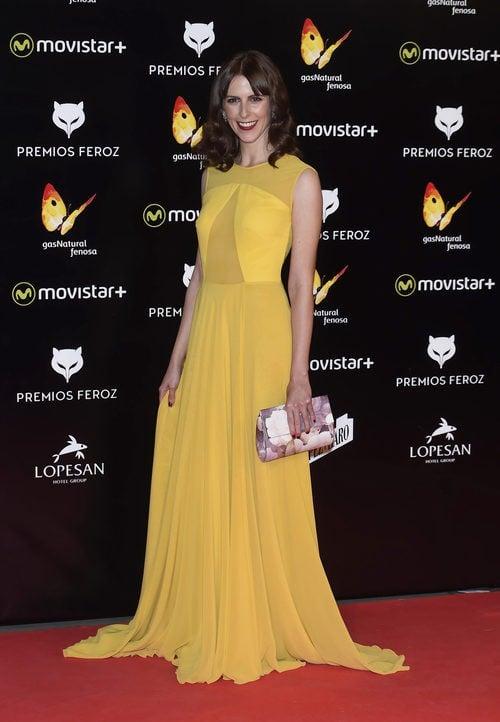 Bárbara Santa Cruz con un diseño de Iván Campaña amarillo en los Premios Feroz 2016