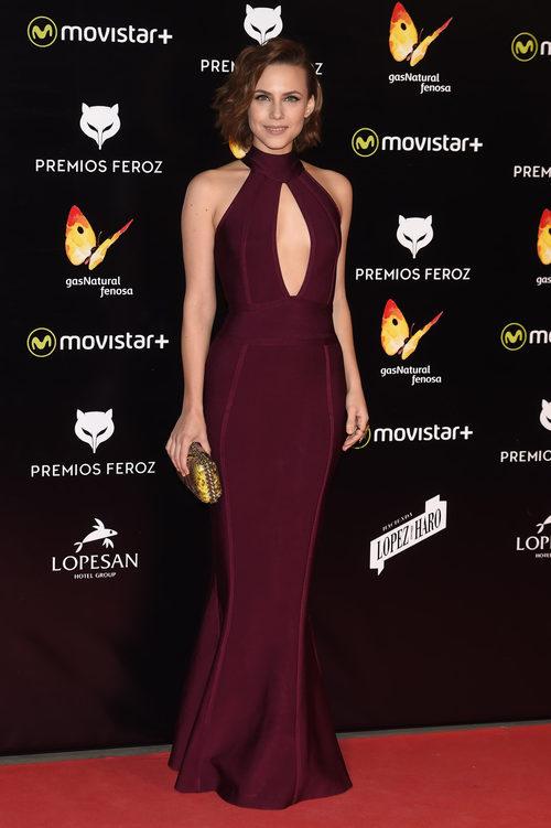 Aura Garrido, brillante con un vestido granate en los Premios Feroz 2016