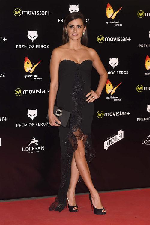 Penélope Cruz con un vestido negro palabra de honor de Vintage Húngaro en los Premios Feroz 2016