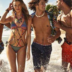 Behati Prinsloo con bikini en crochet con diferentes colores de Tommy Hilfiger