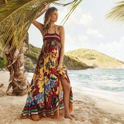 Behati Prinsloo con vestido largo con estampado floral de Tommy Hilfiger