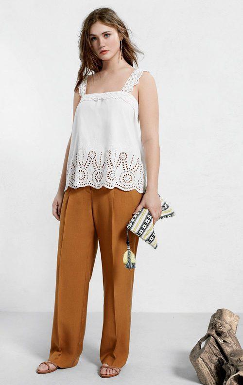 Top blanco ligero y pantalón ancho mostaza de Violeta by Mango