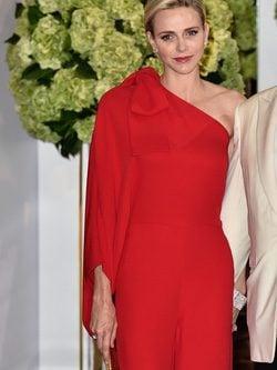 La Princesa Charléne de Mónaco con mono largo rojo de Valentino