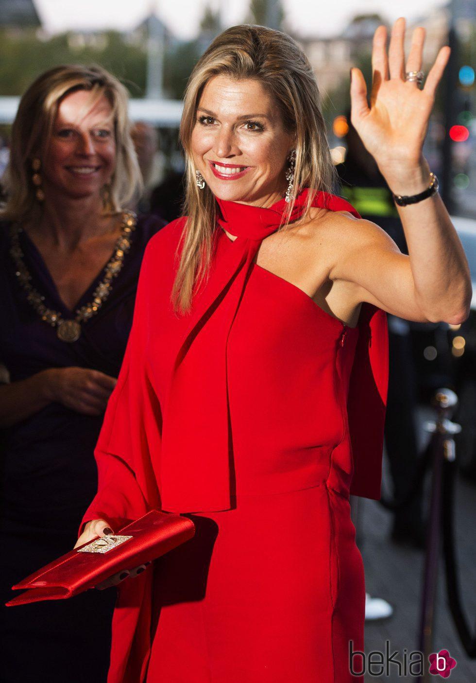 La Reina Máxima de Holanda con mono largo rojo de Valentino