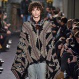 Poncho marrón con estampado geométrico para Valentino en la semana de la moda de París para la temporada otoño/invierno 2016/2017