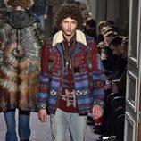 Chaqueta con estampado étnico y cuello de lana para Valentino en la semana de la moda de París para la temporada otoño/invierno 2016/2017