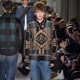 Jersey marrón y negro con estampado étnico para Versace de la moda de París para la temporada otoño/invierno 2016/2017