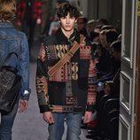 Chaqueta patchwork con estampado étnico para Valentino en la semana de la moda de París para la temporada otoño/invierno 2016/2017
