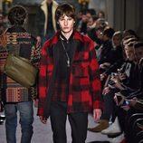 Camisa con estampado madras rojo para Valentino en la semana de la moda de París para la temporada otoño/invierno 2016/2017