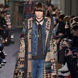 Conjunto denim con poncho étnico para Valentino en la semana de la moda de París para la temporada otoño/invierno 2016/2017