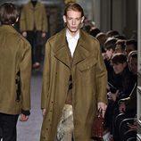 Maxi abrigo de ante con chaleco largo de pelo para Valentino en la semana de la moda de París para la temporada otoño/invierno 2016/2017