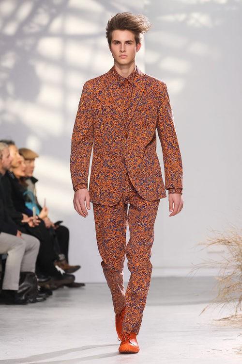 Traje sastre con estampado colorido en naranja para Issey Miyake en la semana de la moda de París para la temporada otoño/invierno 2016/2017