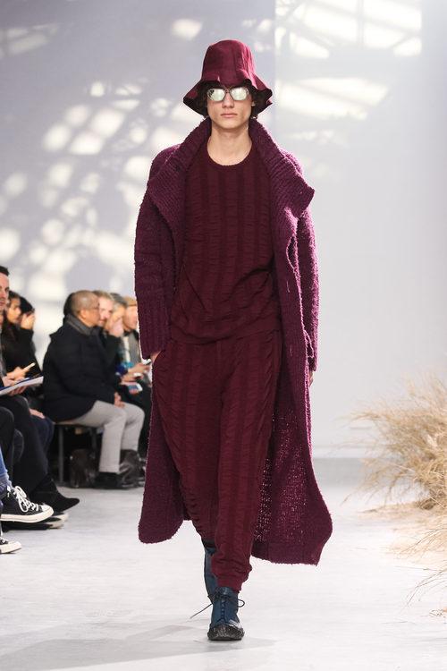 Total look en marsala con sombrero campesino para Issey Miyake en la semana de la moda de París para la temporada otoño/invierno 2016/2017