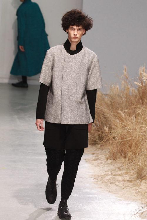 Perfecto estilo kimono gris para Issey Miyake en la semana de la moda de París para la temporada otoño/invierno 2016/2017
