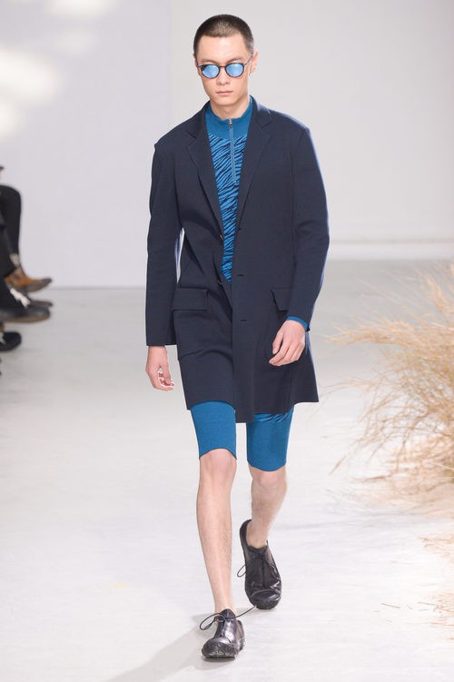 Americana negra con conjunto azul para Issey Miyake en la semana de la moda de París para la temporada otoño/invierno 2016/2017