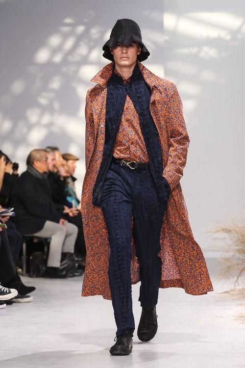 Abrigo largo con estampado naranja para Issey Miyake en la semana de la moda de París para la temporada otoño/invierno 2016/2017