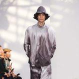 Look gris degradado para Issey Miyake en la semana de la moda de París para la temporada otoño/invierno 2016/2017