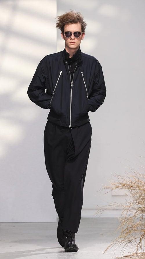 Total black para Issey Miyake en la semana de la moda de París para la temporada otoño/invierno 2016/2017