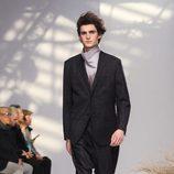 Traje negro con jersey gris degradado para Issey Miyake en la semana de la moda de París para la temporada otoño/invierno 2016/2017